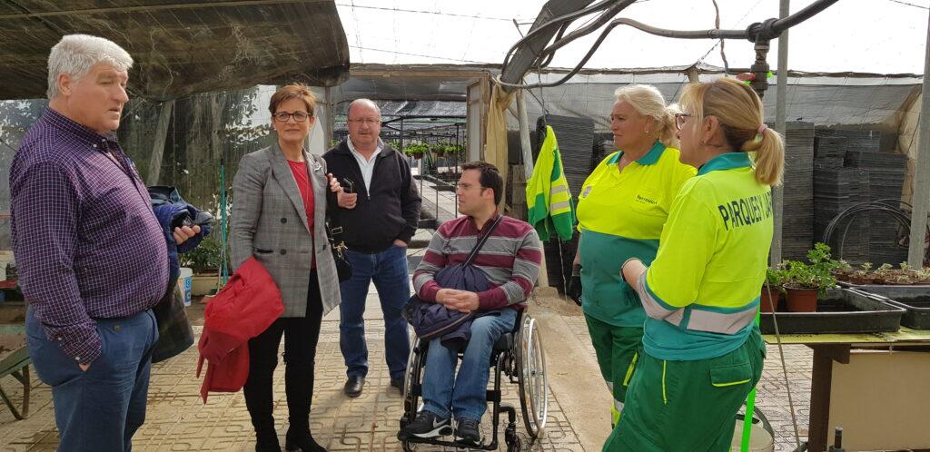 Almería   Adriana Valverde y Pedro Díaz durante la visita al vivero municipal