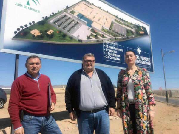 Roquetas de Mar | Ediles socialistas frente al cartel anunciador del hospital