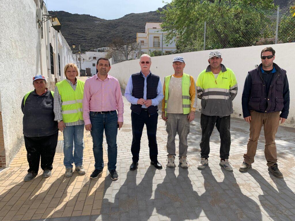 Lucainena | El diputado, Guillermo Casquet junto al alcalde de Lucainena, Juan Herrera durante la visita a las obras