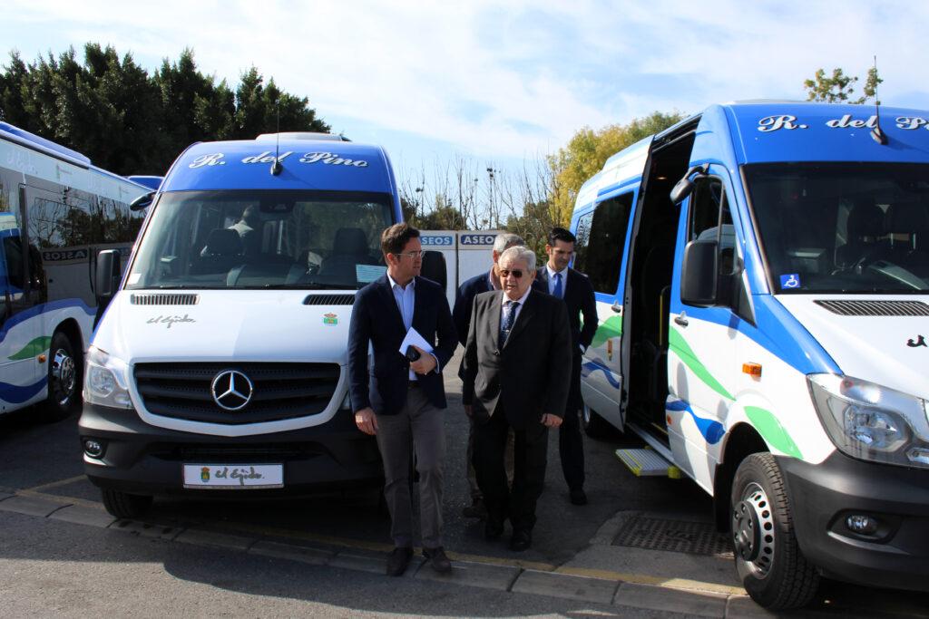 El Ejido | El Alcalde, Góngora junto con los autobuses disponibles