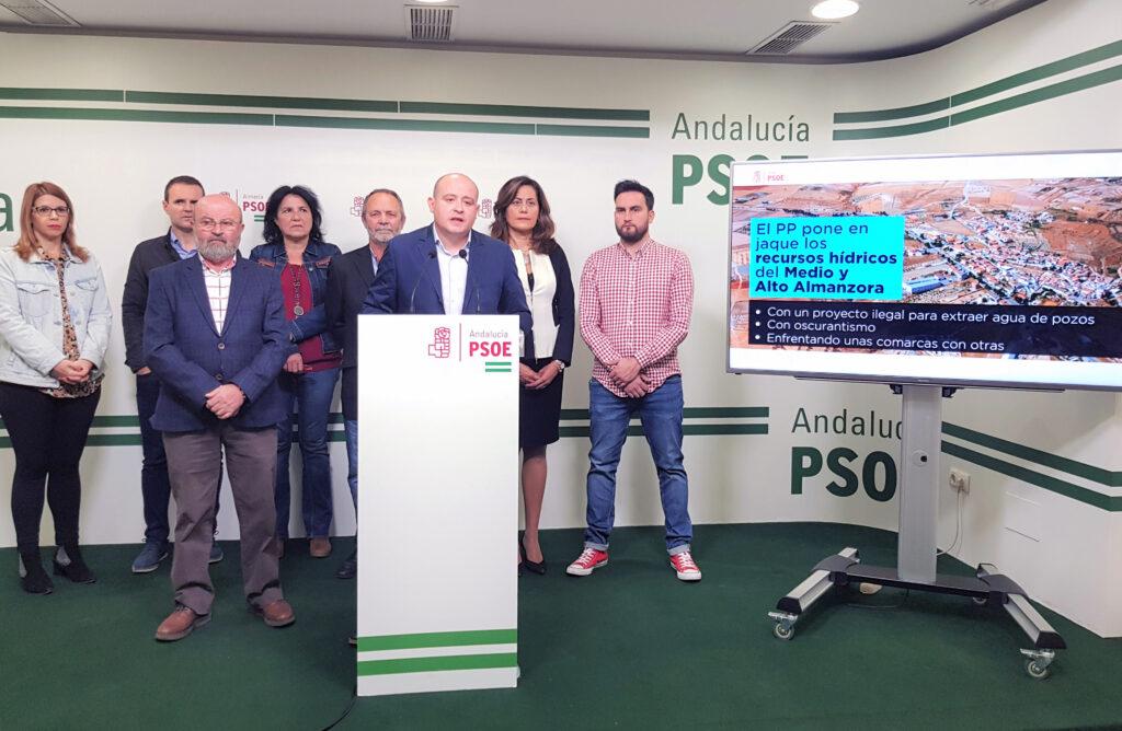 Antonio Martínez en rueda de prensa, junto a alcaldes y alcaldesas socialistas