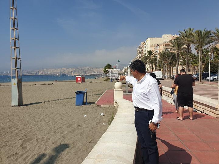 El portavoz de Ciudadanos en Almería, Miguel Cazorla, en la playa.