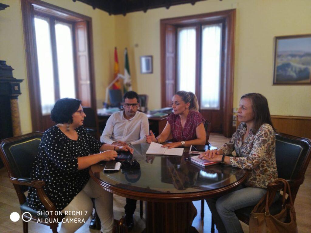 La alcaldesa de Huércal Overa, Francisca Fernández (PSOE) se reúne con la delegada del Gobierno.