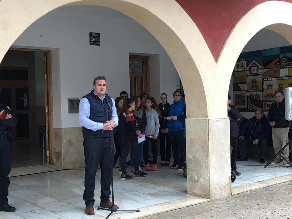 Manuel Jesús Flores Malpica, alcalde de Viator (PSOE) en un acto en la plaza municipal.