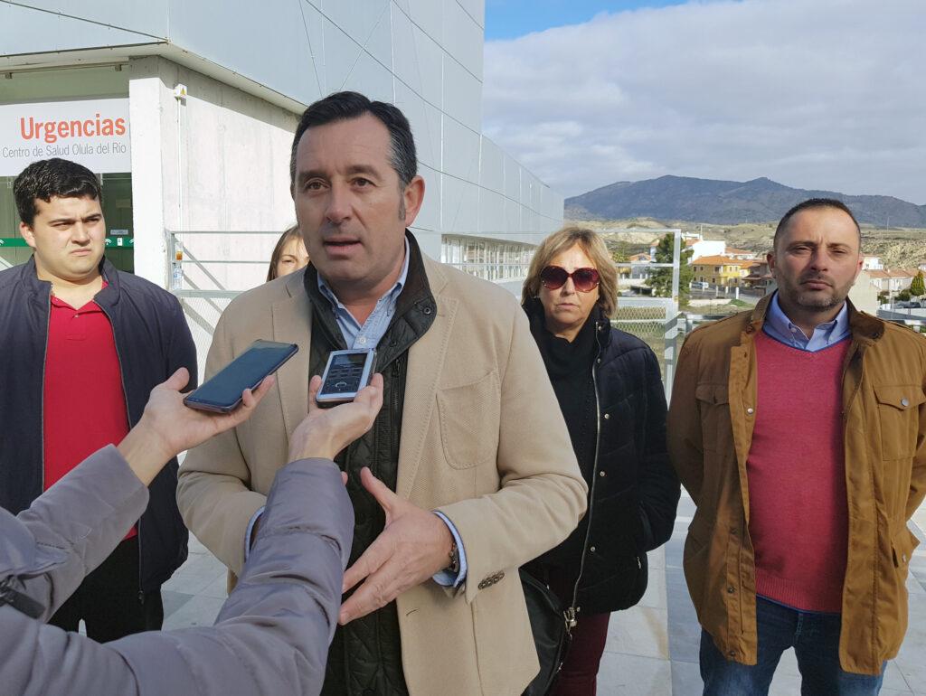El portavoz del PSOE de Olula del Río, Diego Castaño, atiende a los medios de comunicación.