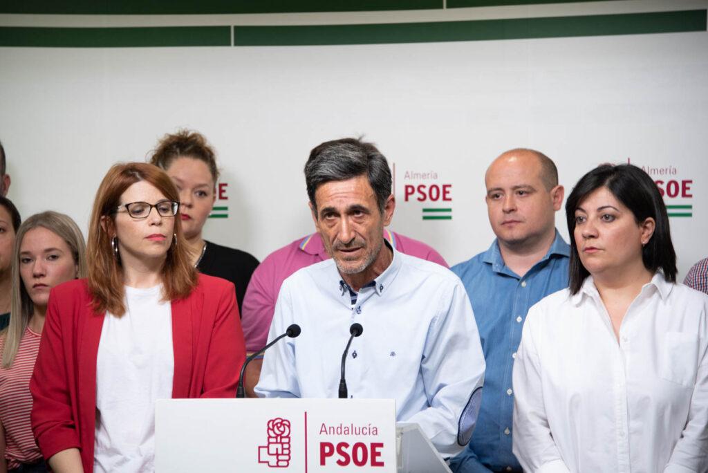 Juan Ibáñez y Ángeles Castillo, con otros concejales, en rueda de prensa.
