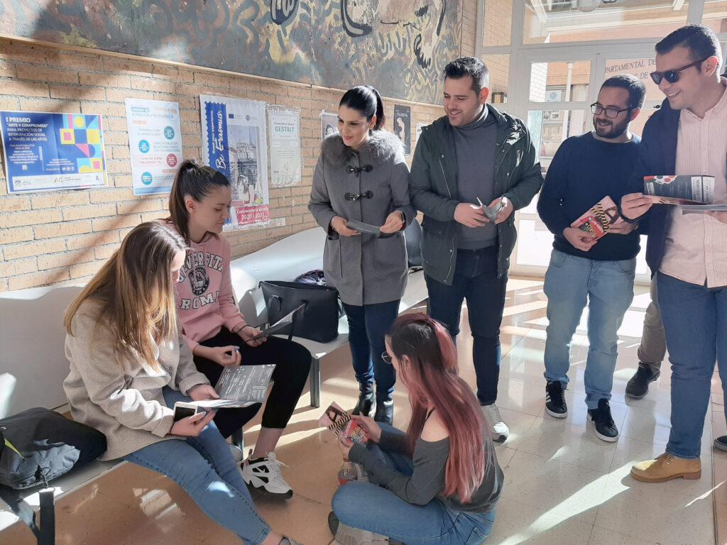 Juventudes Socialistas reparten folletos de su campaña contra el veto parental, en la Universidad.