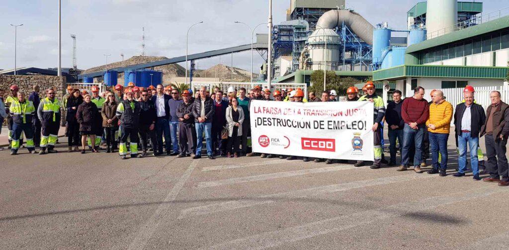 Concentración a la entrada de la central eléctrica de Carboneras