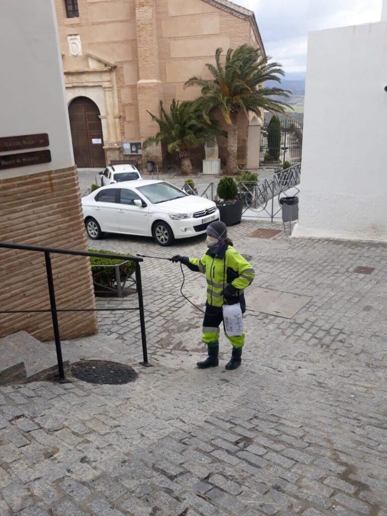 Un operario desinfecta las calles de Serón