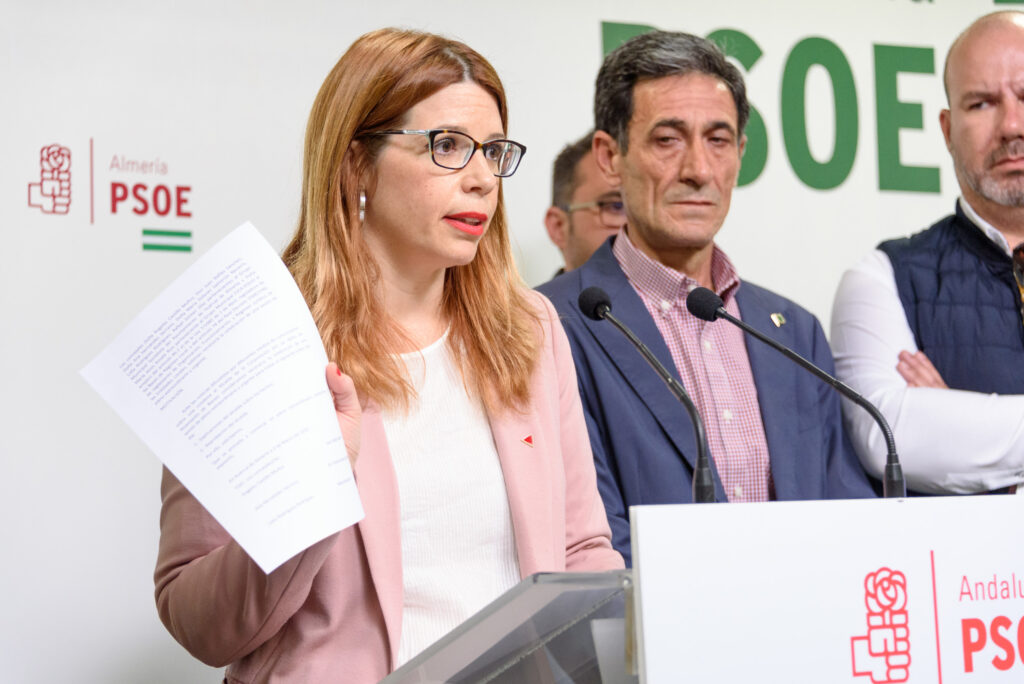 Ángeles Castillo, portavoz del PSOE en el Ayuntamiento de Huércal de Almería, en rueda de prensa