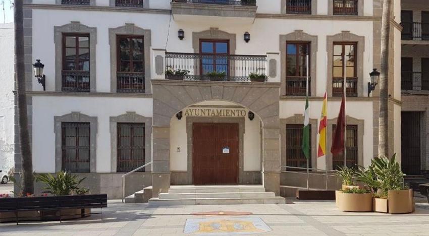 Ayuntamiento de Adra banderas media asta coronavirus
