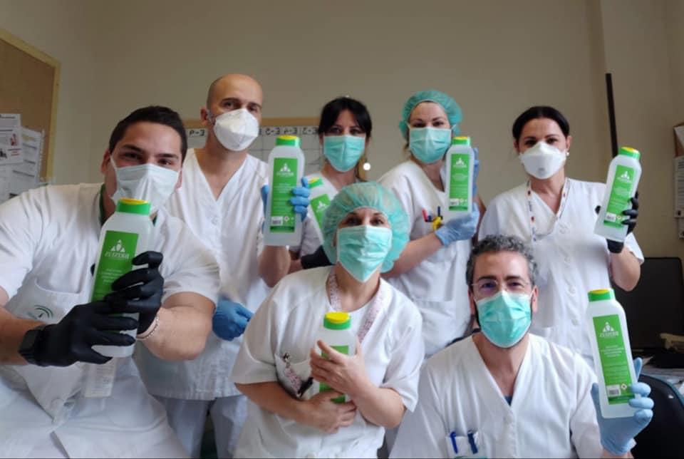 enfermeros y enfermeras del Poniente con geles desinfectantes donados