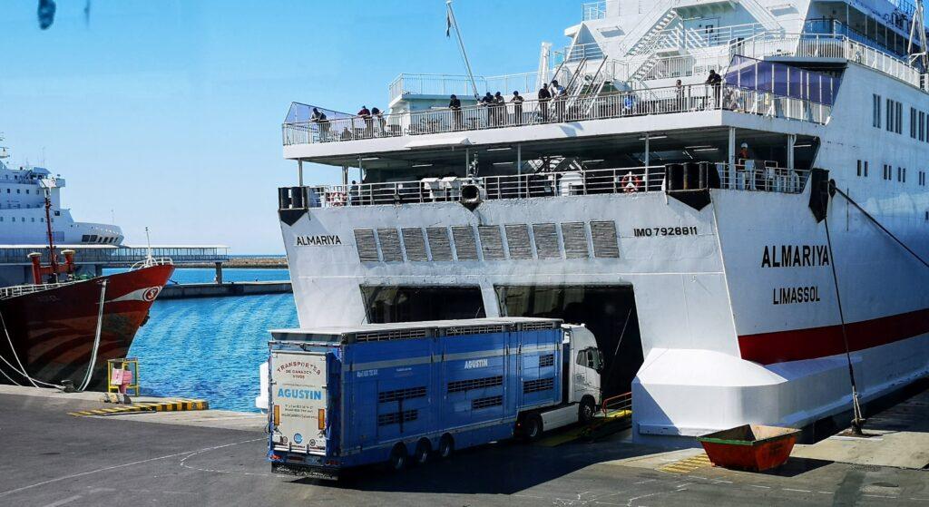 Camiones de mercancías en el Puerto