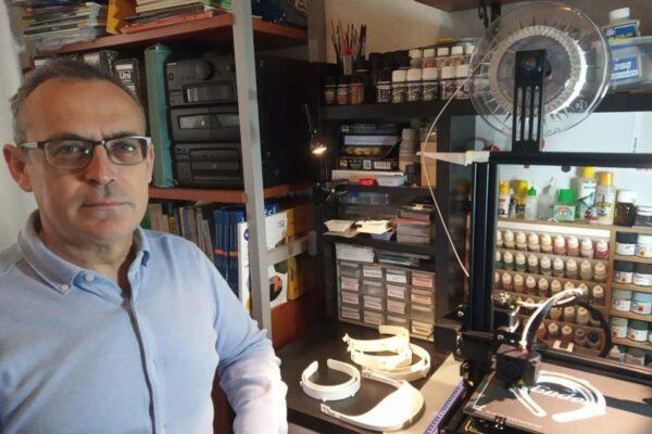 Profesor de la UAL junto a una impresora 3D.