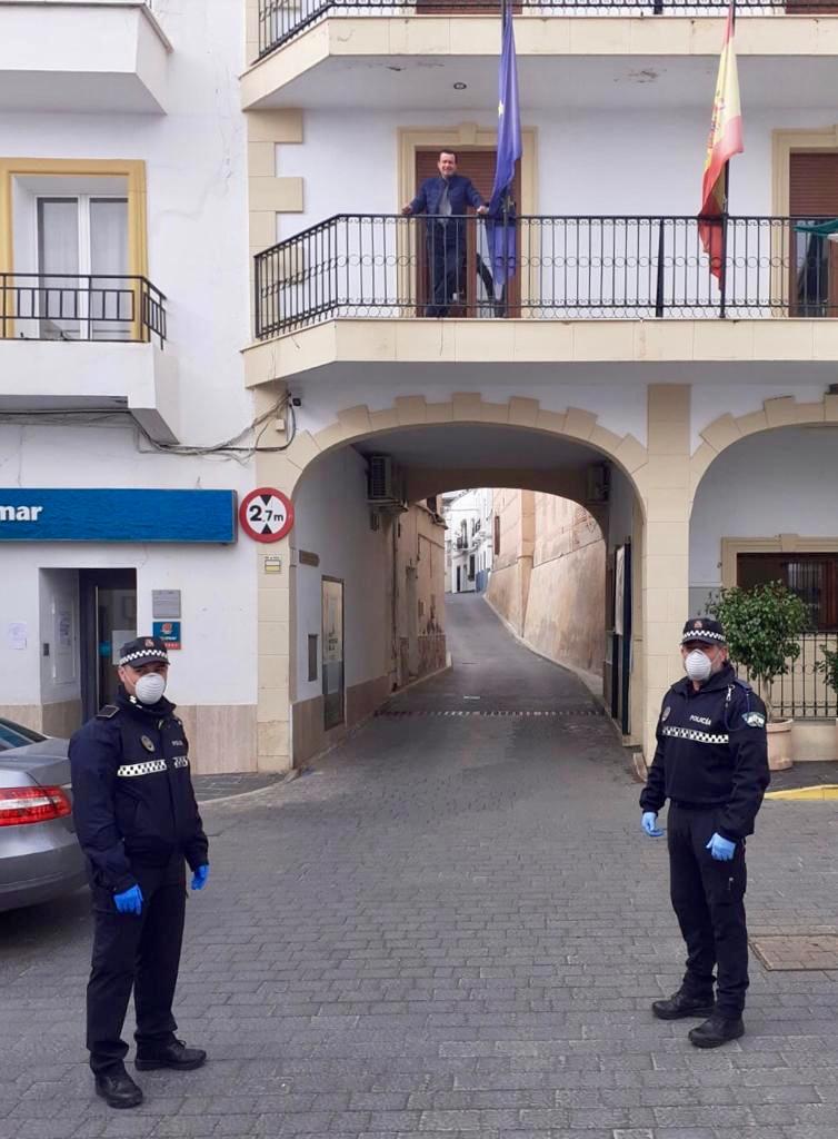 Agentes de la Policía Local de Abla y el alcalde, en el balcón del ayuntamiento.