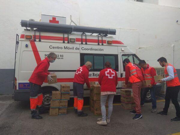 Voluntarios de Cruz Roja transportan bienes para quienes más lo necesitan.