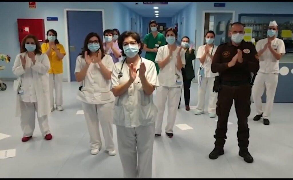 sanitarios aplauden a la población