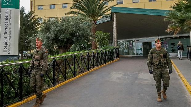 Legionarios en el acceso al hospital Torrecárdenas
