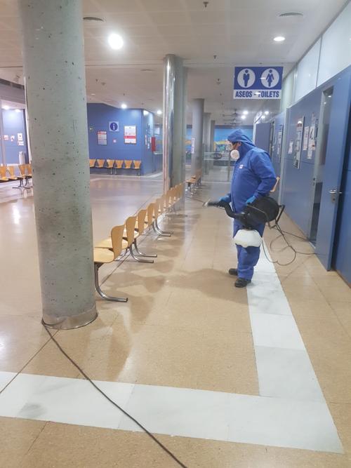 Un operario desinfecta las instalaciones portuarias de Almería.