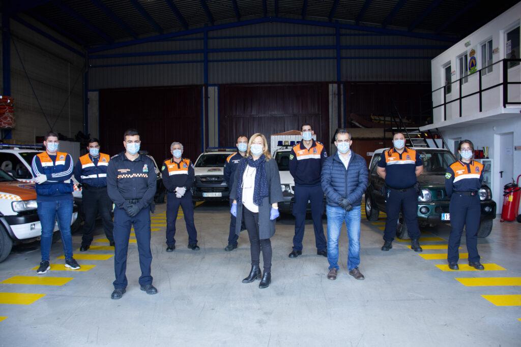 La alcaldesa de Níjar con miembros de Protección Civil.