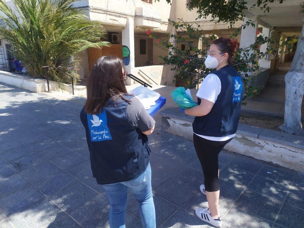 Voluntarias de Mensajeros de la Paz con material escolar para menores de El Puche.