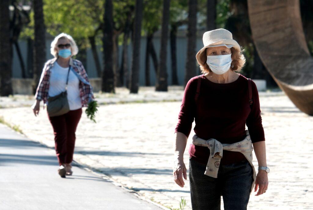 Personas mayores de 65 años con mascarilla.