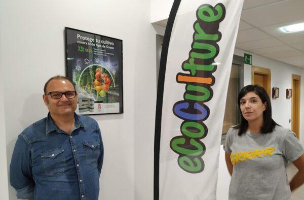 Ángel Ruiz Serna, gerente de Ecoculture Biosciences, y Beatriz Llanos