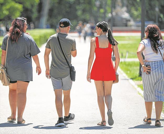 Un grupo de jóvenes dando un paseo.