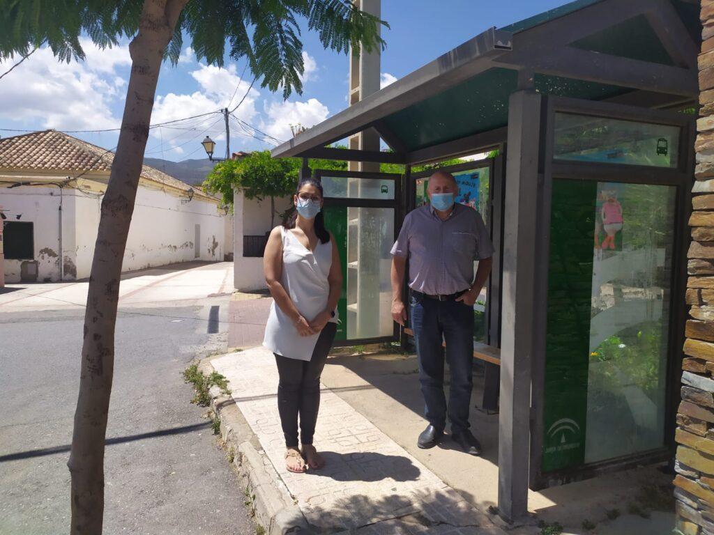 Noemí Cruz y Antonio Gutiérrez, en una parada de autobús vacía