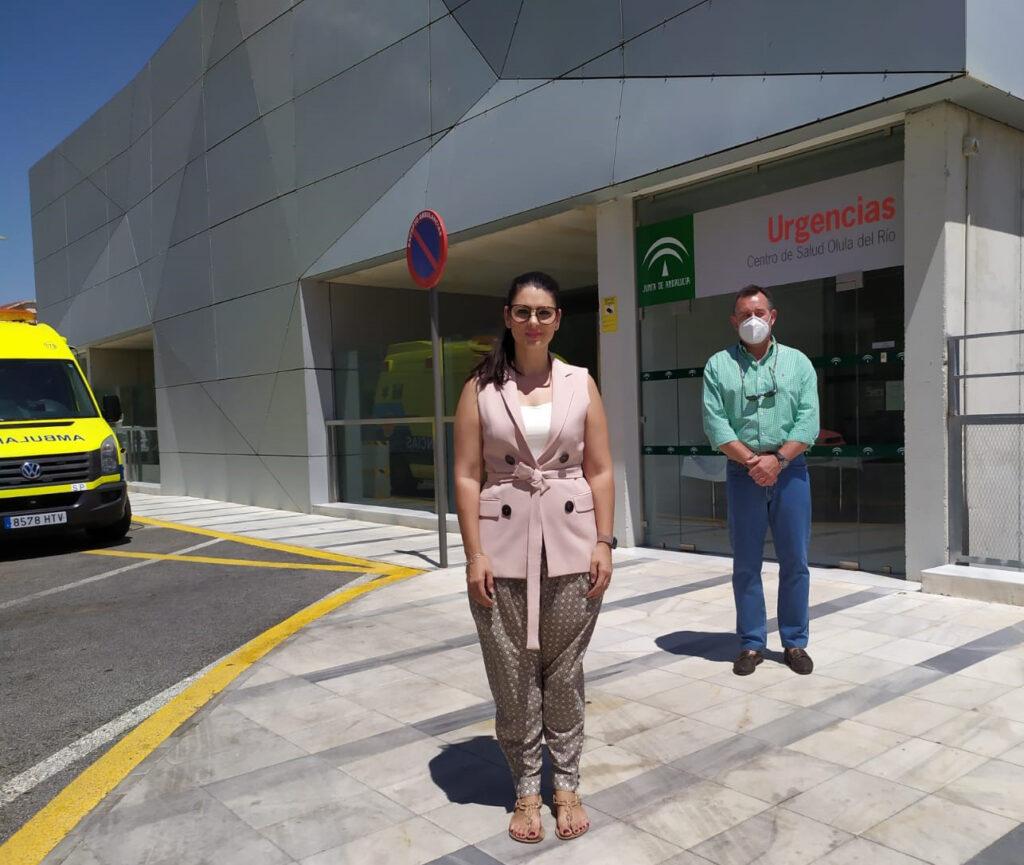 Noemí Cruz y Diego Castaño en el centro de salud de Olula del Río.