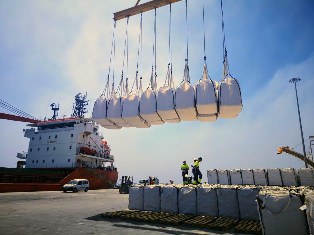 Transporte de mercancías en el Puerto de Carboneras.
