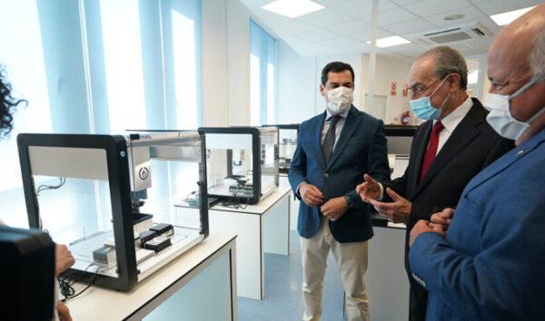 El presidente andaluz y el consejero de Salud, en la visita a la estación robotizada del Hospital Regional de Málaga