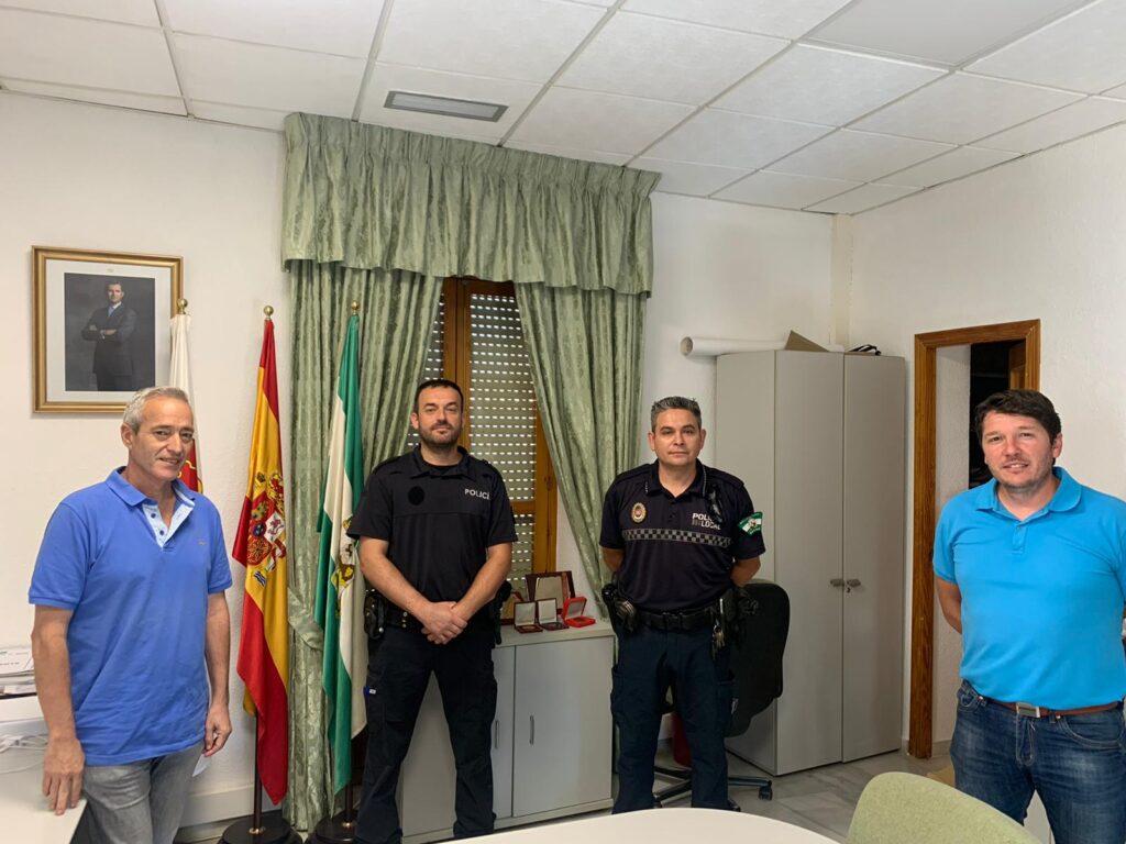 El alcalde de Dalías, junto con el nuevo policía