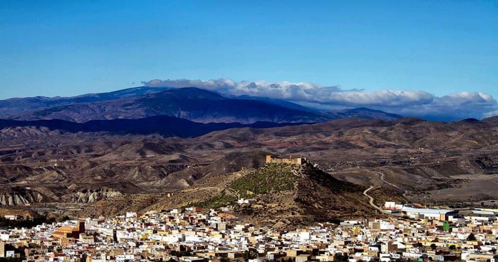 Vista panorámica de Tabernas y de parte de su desierto.