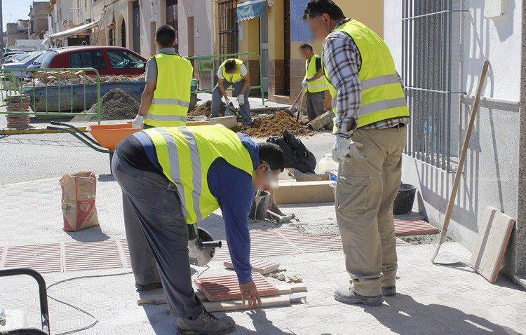 Trabajadores realizando arreglos en la vía pública