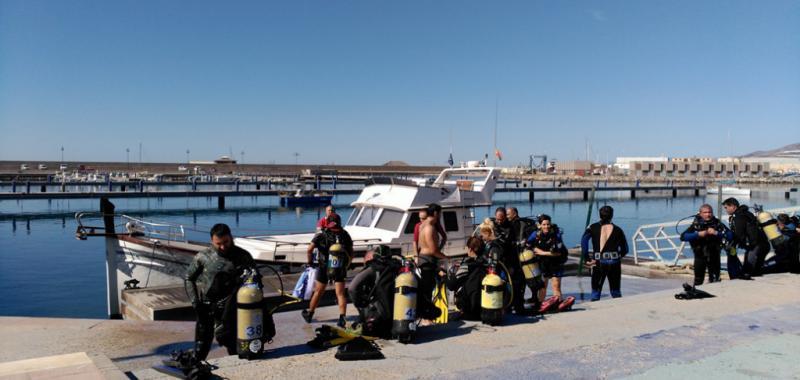Buzos preparándose para una de la limpieza de fondos marinos realizada anteriormente