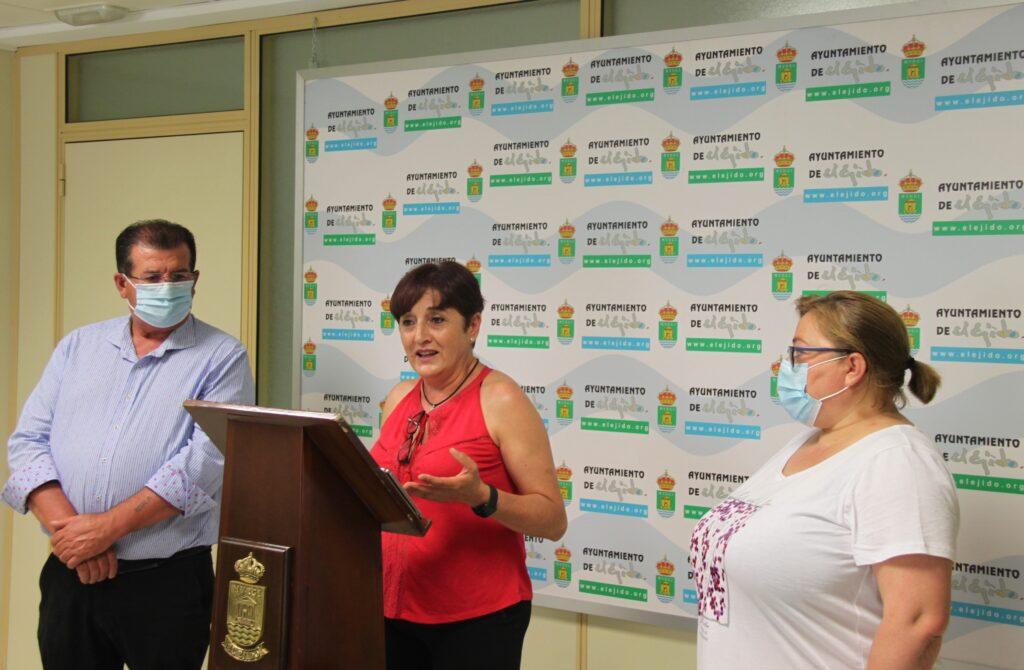 200706 La portavoz, Maribel Carrión, acompañada de los concejales José Miguel Alarcón y Mari Carmen Álamo, durante su comparecencia