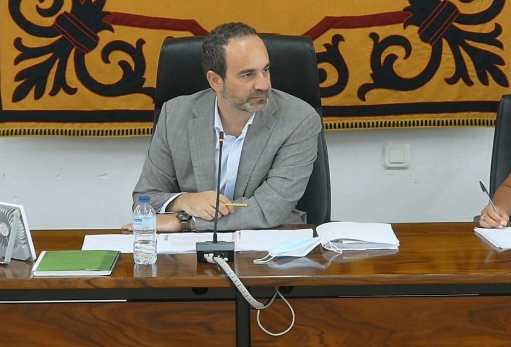 José Luis Amérigo, alcalde de Carboneras durante el pleno