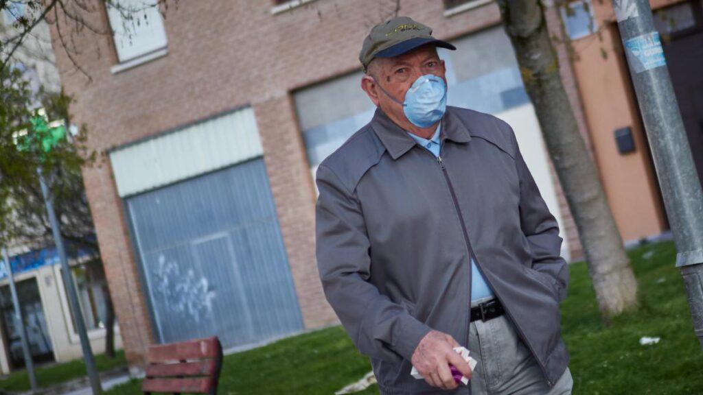Anciano con una mascarilla