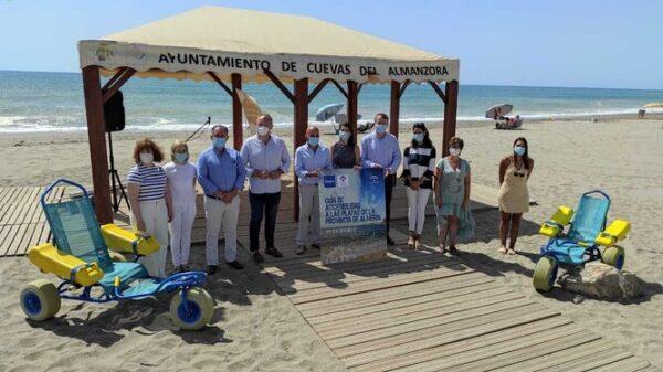 Presentación de la Guía Accesibilidad de las Playas de Almería en la playa de Quitapellejos, en Cuevas del Almanzora
