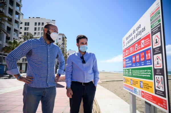 El concejal de Turismo del Ayuntamiento de Almería, Carlos Sánchez, junto a uno de los carteles informativos instalados en el Paseo Marítimo