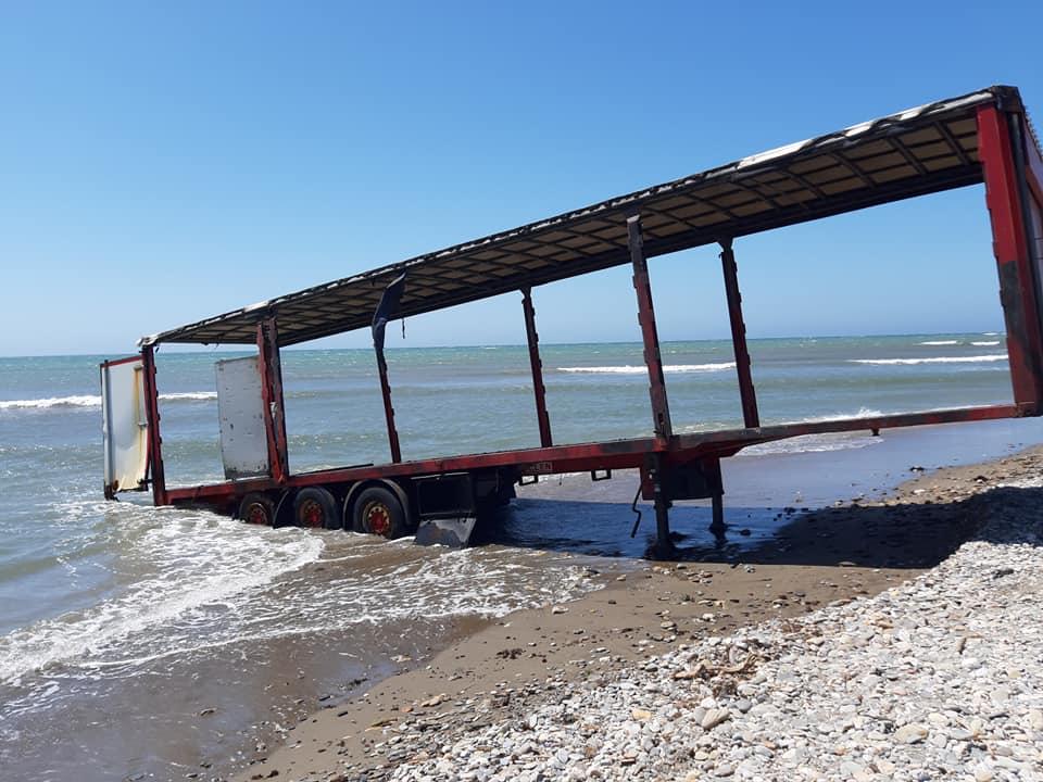 Camión abandonado en la playa de Guardias Viejas