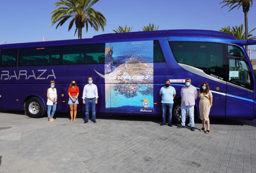 Alcalde, concejales y Baraza junto al nuevo autobús