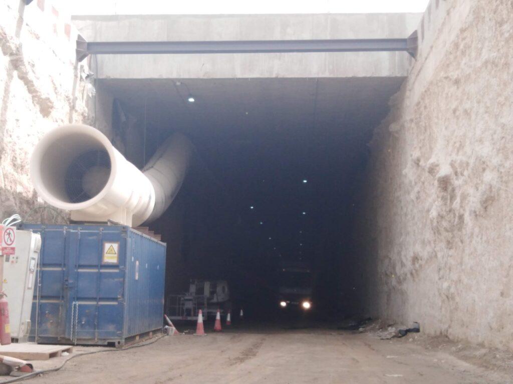Excavación entre pantallas para realizar el soterramiento del tren a su paso por El Puche.