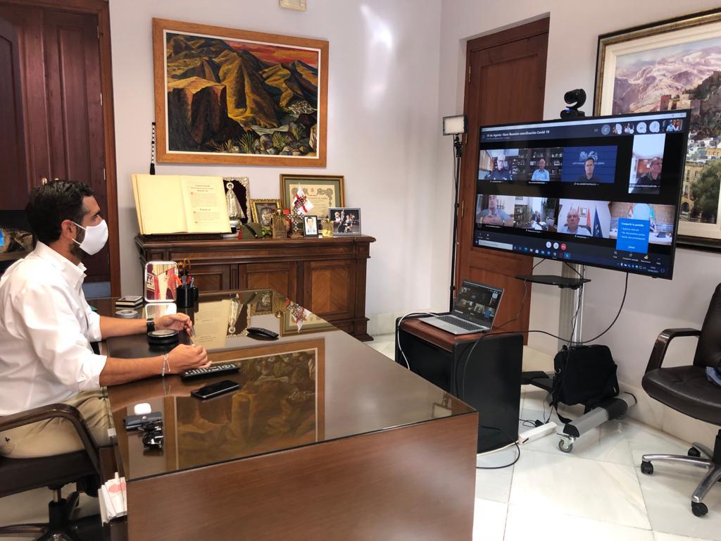 El alcalde se pone la mascarilla para mantener un encuentro virtual con la Policía Local de Almeria.
