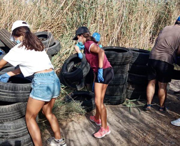 Jóvenes recogen neumáticos en Punta Entinas