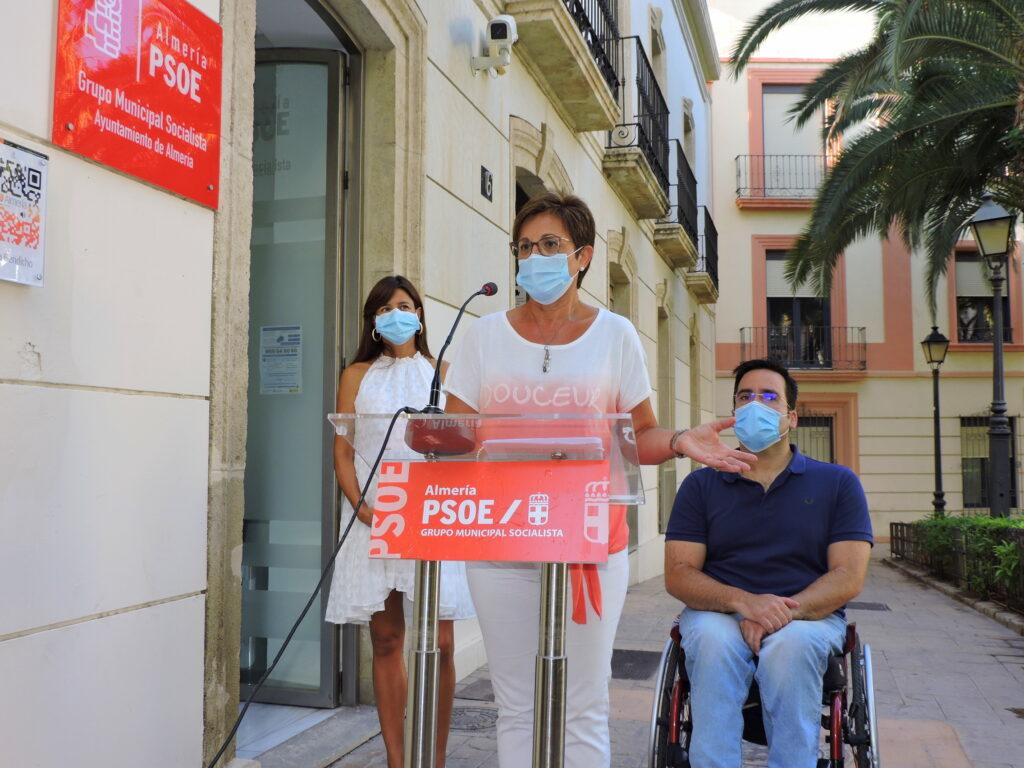 Adriana Valverde y concejales del PSOE en el Ayuntamiento de Almería.