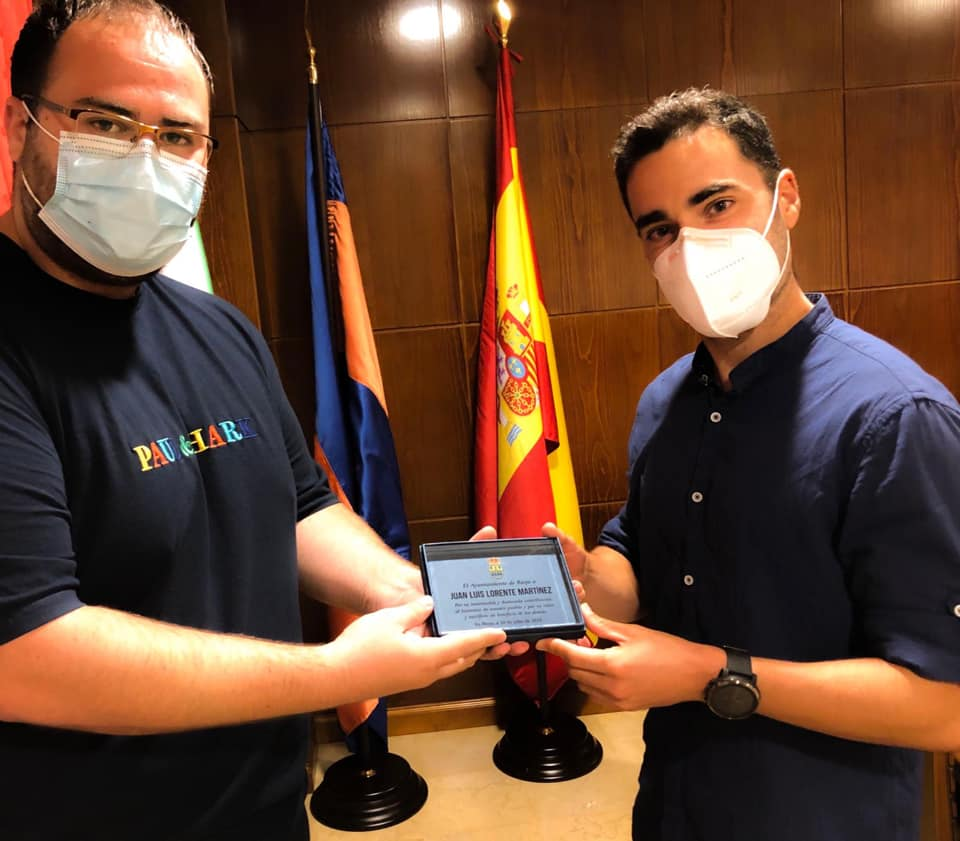 Concejal socialista Alejandro Fuentes entrega el reconocimiento a Juan Luis Lorente