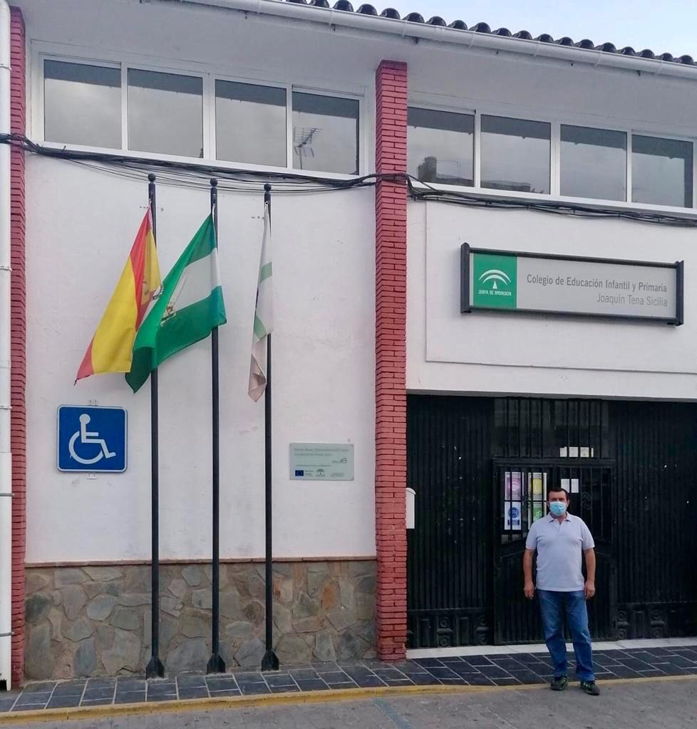 El alcalde de Abra, Antonio Fernández, en la puerta del colegio.