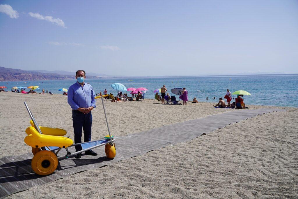 El concejal de Playas, Francisco Barrionuevo, junto a una pasarela.